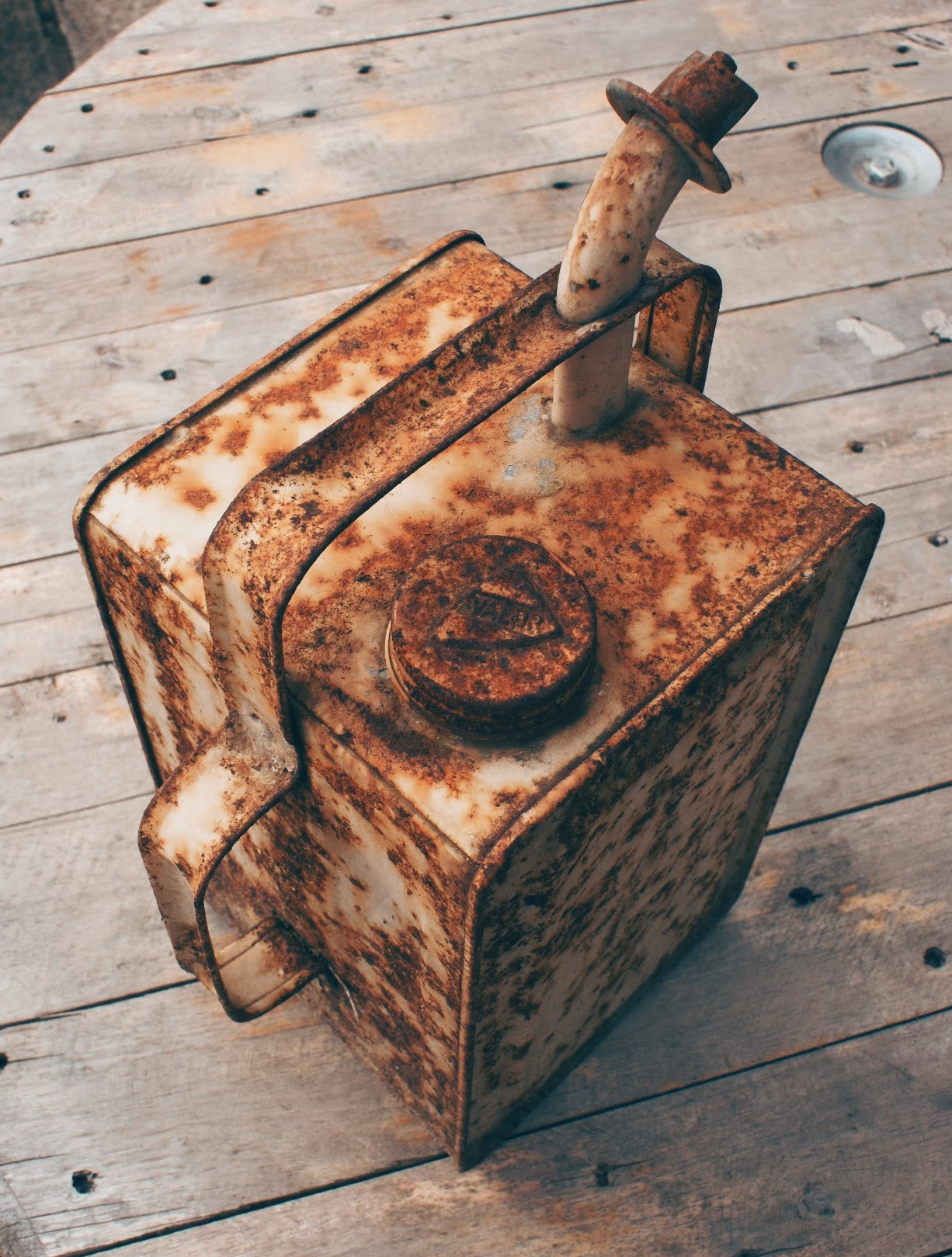 vintage-oil-can-the-perfect-rustic-accessory